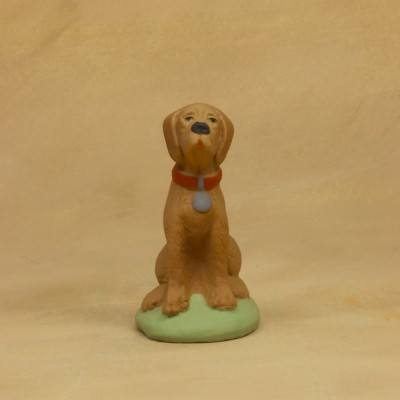 Chien assis marron 9 cm